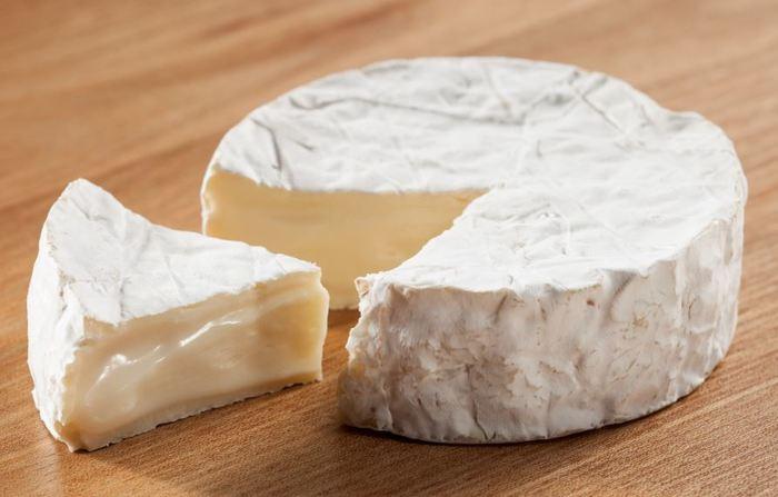 看板商品のカマンベールチーズは、チーズ作り本場のフランスカマンベール村の村長さんから「特別審査員賞」に選ばれた名誉あるチーズ。故 高倉健さんが13年間もの間、毎月お取り寄せをしていたというエピソードも持つ逸品です。 地元の酪農家さんの想いがこもった生乳の良さを、最大限表現できるように心を込めて一つ一つ丁寧に手作り。フワッとクリーミーな食感とコクが特徴です。