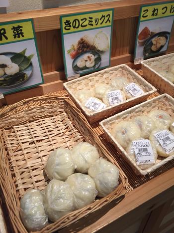"""長野の名物といえば、おやきですよね。  近くには、""""喜六さんのおやき""""として親しまれている、信濃製菓のおやきのお店があります。 野沢菜、丸なす、きのこミックスなど・・体にやさしい、ほっとする味わいです。"""