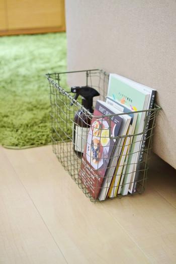 シンプルなワイヤーバスケットやかごも、本を入れればマガジンラックに早代わり♪シンプルだからこそ、置き場所を選ばない使い方ができるでしょう。スペースがあれば、小物を一緒に収納することもできて便利。