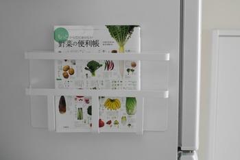 冷蔵庫の横にマガジンラックを取り付けるアイディアも!こちらはマグネットで取り付けています。冷蔵庫の中身を確認しながら、レシピ本などがすぐにチェックできるのも嬉しいポイント。