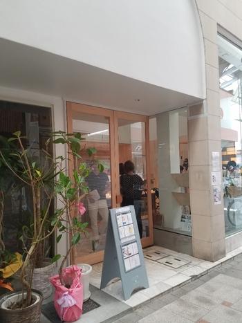 2018年3月に奈良県内の以前あった場所から、程近くに移転した「ほうせき箱」。職人技のかき氷を求めるたくさんの人でにぎわっています。