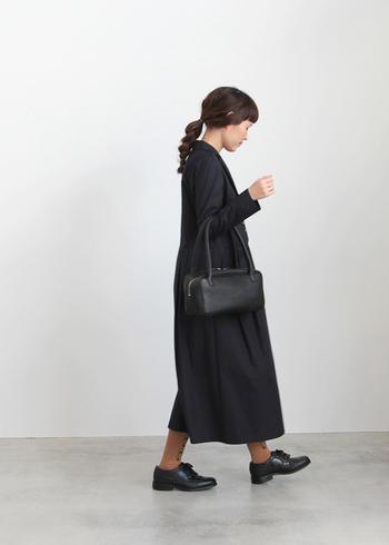 長財布もすっと収まる長方形のデザイン。肩にも掛けられる長めハンドルで使い勝手◎