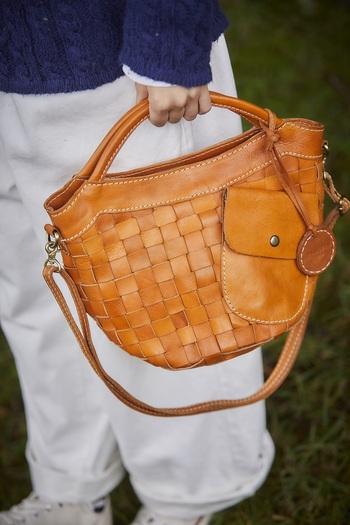 『zucchero filato』のバッグは、革本来の自然な風合いが魅力。使うほどに艶が出て味わい深く変化するヌメ革は、クリームを塗って手入れすることで乾燥を防ぎ、長持ちさせることが出来ます。