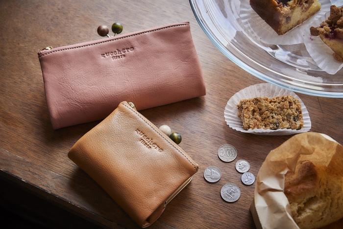 ブランド名の『zucchero filato(ズッケロ フィラート)』は、イタリア語で「綿あめ」という意味。こちらのお財布のシリーズはまさに綿あめのようなかわいらしい色づかいがポイントです。がま口部分に使用された木玉も独自のこだわり。毎日使うお財布だからこそ、持っていて気分の上がるものが◎