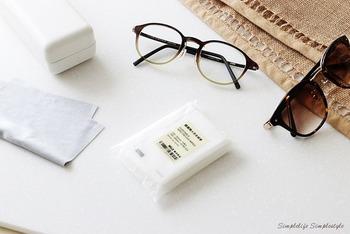 メガネやサングラスを使っている方にはもちろん、スマホの画面を拭きあげるのにもおすすめなのが、「携帯用メガネ拭き」です。ホコリや指紋の汚れも、不織布でサッと拭くだけでピカピカに。たっぷり入っていてリーズナブルなのも魅力です。