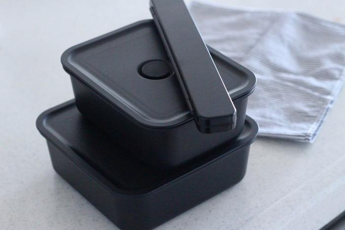 節約や健康志向の高まりで、お弁当や作り置きを始めている方も多いですよね。保存容器にもなる「バルブ付き弁当箱」は豊富なサイズ展開で、食べる量に合わせて組み合わせられるのが魅力です。バルブを開ければそのままレンジ加熱もOK!