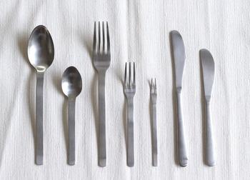 口当たりのよさや持ったときのバランスまで計算された、「ステンレスカトラリー」。つや消しのマットな質感と、無駄な装飾を一切省いたデザインは、料理のスタイルを選ばず、毎日の食卓で活躍します。