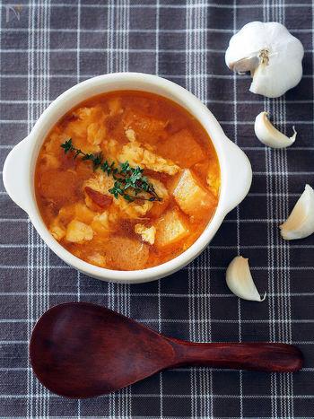 身体の内側から温める食材を積極的に摂ることも、冷えの改善につながります。「生姜」「ねぎ」「根菜類」は、健康にも美容にも良いとされ、温まりやすい身体づくりが期待できる食材です。
