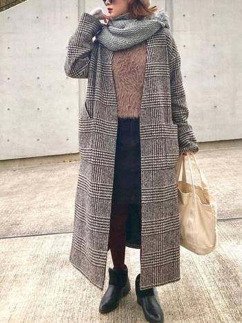 パッと目を惹く、グレンチェックのノーカラーコート。それだけで存在感があるので、合わせるインナーは極力落ち着いた色を。ストールもあえて同色系で合わせることで、落ち着いた大人の女性の雰囲気になります。