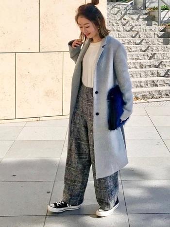 太めのパンツとチェスターコートの着こなしは、メンズライクに偏りがち。リブのトップスを持ってくることで女性らしさをプラスしてあげましょう。下半身が重く見えてしまわないように、ヘアスタイルで目線を上げるとバランスが良く見えて◎。