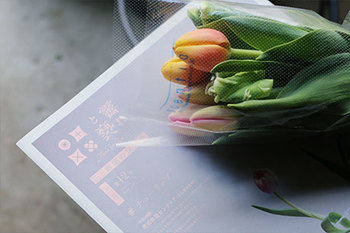 お花と一緒に届く新聞には、生産者から直々に入手した花のストーリーを始め、インタビューや手入れ方法、飾り方のコツなどがふんだんに盛り込まれています。