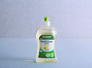 ソーダサンは手を乾燥から守る優しいオーガニック洗剤です。肌に優しいのに高い洗浄力を実現。さらに簡単にすすげるので、経済的で水も汚しません。