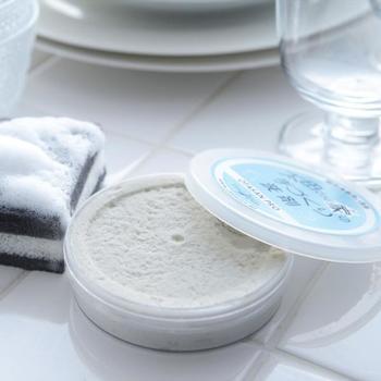 1日250個を手作りで作られている、粉末珪藻土とヤシ油でできている固形型洗剤。ぎとぎと油汚れはもちろん、茶渋やコーヒーのステインも漂白剤いらずで落とすことができる優れもの。