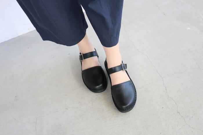 つま先部分は約1.5㎝、かかと部分は約4㎝の厚みがある靴底を使用しているため、地面からの衝撃をソールが吸収して安定した歩行をサポートしてくれます。歩きやすくておしゃれなストラップシューズは、日常使いはもちろんのこと、ショッピングや旅行シーンにもぜひおすすめです。