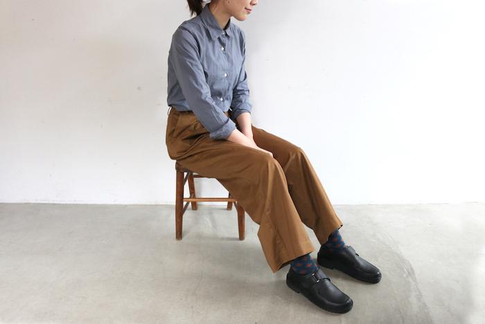 シャツ×ワイドパンツのベーシックな組合せに、ベルクロデザインが可愛い「SCOTLAND(スコットランド)」のシューズを合わせた大人のカジュアルスタイル。柄ソックスをポイントにした、おしゃれな着こなしが素敵ですね。