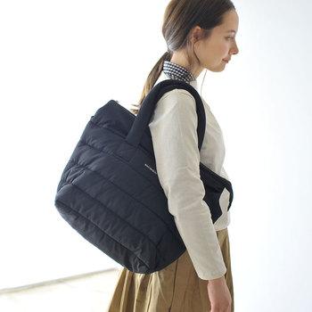 秋冬ファッションによく似合う中綿入りのバッグ。定番の「marimekko(マリメッコ)」は大容量だから荷物の多い日も◎