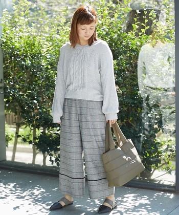大人っぽいカーキはシンプルながらもポイントに。中綿バッグは持ちやすく疲れにくいから1日外出する日のお供としても。