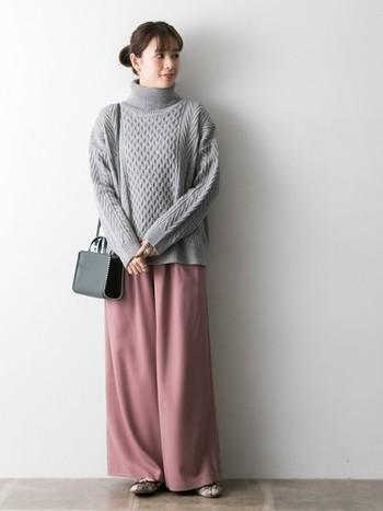 春にもおすすめの、スモーキーピンク×グレーの組み合わせ。  少しくすんでいるスモーキーピンクは、落ち着きがあって、どこかあたたかい雰囲気。ベーシックカラーの定番・グレーとあわせると、やさしくて、品を感じさせるコーデになります。  スモーキーピンクのワイドパンツは、華やかすぎず、着まわしやすい一着。
