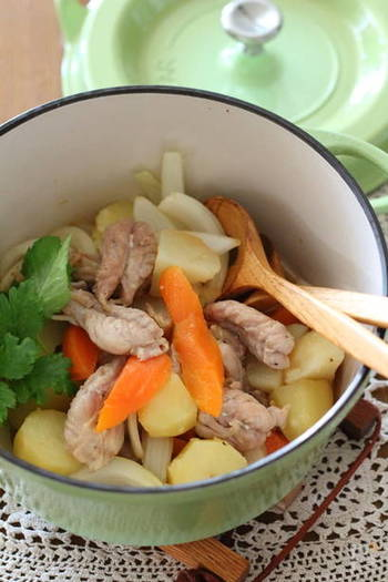 シンプルな具材で美味しさを引き立てている、せせりの肉じゃが。