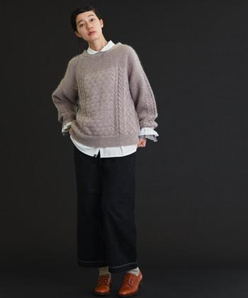 くすみピンクをデニムパンツとあわせた着こなし。 こちらのニットは、編み模様が美しいですね。白シャツで、キッチリ感もプラスされています。
