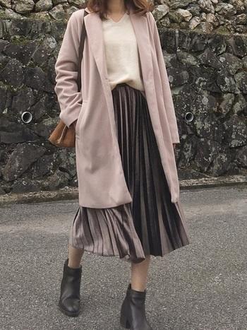 くすみパープル(スモーキーパープル)のプリーツスカートと、スモーキーピンクのコートをあわせて。 ノスタルジックな印象美人になれます*