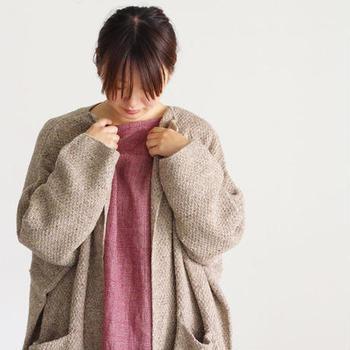 スモーキーピンク×グレー同様、ほどよく優しい印象をプラスしてくれるのが、ベージュとの組み合わせ。  温かみのある配色で寒い日のお出かけも、なんだかハッピーになれそう。