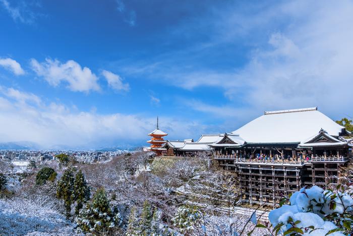 """こちらも世界遺産として有名な京都の人気観光スポット「清水寺」。桜や紅葉の時期にはとくに多くの人が訪れます。本堂の前面に張り出すように造られた舞台は""""清水の舞台""""としても多くの人に親しまれ、そこから望む景色は実に見事!京都の街を独り占めした気分になれますよ。"""