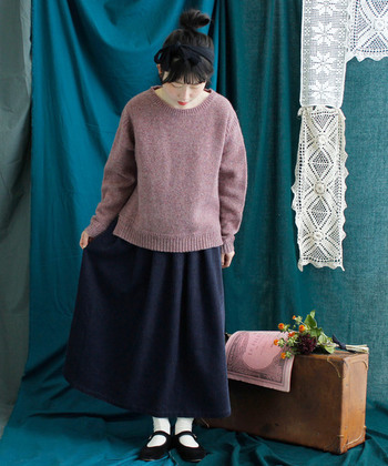 風合い豊かな厚地のニットをチョイスしても。  コーデュロイのスカートとあわせれば、クラシカルな着こなしを楽しめます。