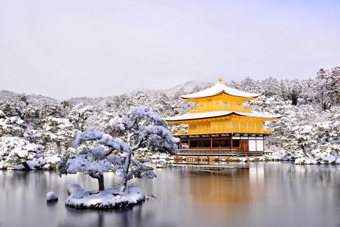 世界文化遺産にも登録されている京都の中でも人気の観光スポット「金閣寺」。正式名称は鹿苑寺ですが、舎利殿の金閣がとくに有名なことから「金閣寺」と呼ばれるようになったのだとか。また臨済宗相国寺派の禅寺であり、金閣を中心とした庭園と建築は極楽浄土をこの世にあらわしたと言われています。