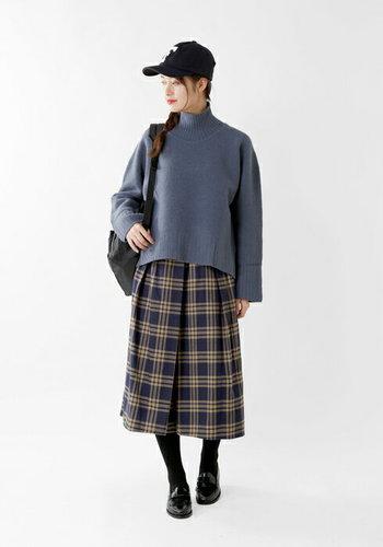 タータンチェックのベージュのスカートとあわせて。 ローファー、キャップと、小物にこだわれば、ブリティッシュスタイルに♪