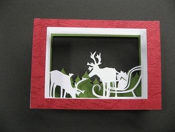 手先が器用な方はこんなカードはいかがですか。何枚か紙を重ねて作る切り絵のカードです。色や柄を工夫することで色んなクリスマスのワンシーンを作ることができますよ。