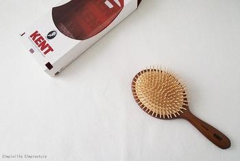 髪と地肌に優しい「KENT」のヘアブラシ。クッション性のある木製ピンで、頭部のマッサージにも最適。血行が良くなると髪にツヤが出るうえに顔の肌質も良好に。