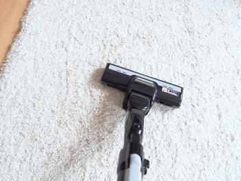 ラグのお手入れの一番の基本となるのは「掃除機がけ」。いつものお掃除のついでに、必ずラグにも掃除機をかけましょう。毛足の長いラグは、毛の流れと逆方向にかけると汚れが取れますよ。
