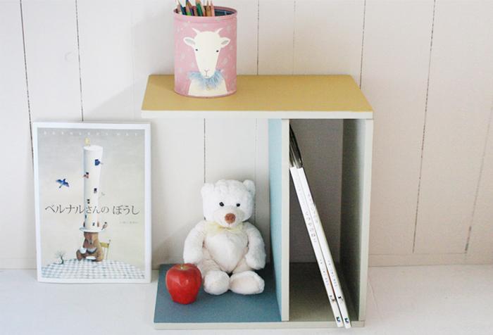 まな板でこんなにかわいらしいマガジンラックも作れちゃいます♪穴などのないシンプルな木のまな板を、コの字に組み合わせて作るアイディア。やわらかな色を塗れば、子供部屋にぴったりの仕上がりになるでしょう。