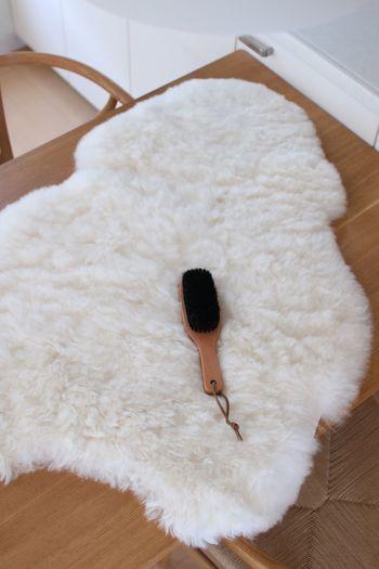 毛足の長いラグがへたってきたら、ブラッシングでときほぐしましょう。こちらは上質なムートンラグ。洋服用のブラシでメンテナンスします。