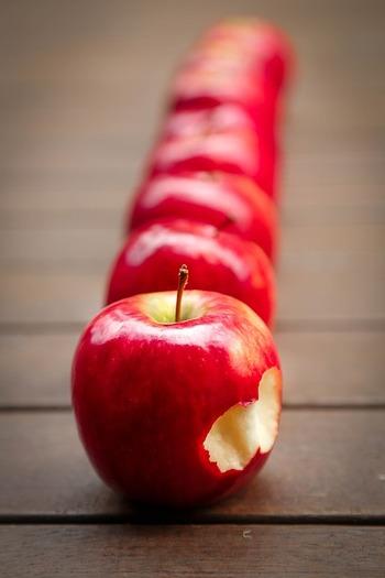 2006年にNHK「プロフェッショナル 仕事の流儀」で取り上げられて大きな反響を呼んだ、りんご農家・木村秋則さん。無農薬栽培は不可能と言われてきたりんごの栽培に挑戦し続けた主人公を阿部サダヲさんが熱演しています。原作「奇跡のリンゴ」は30万部以上の大ヒットを記録し、映画はフィレンツェ映画祭2013では観客賞を受賞しました。