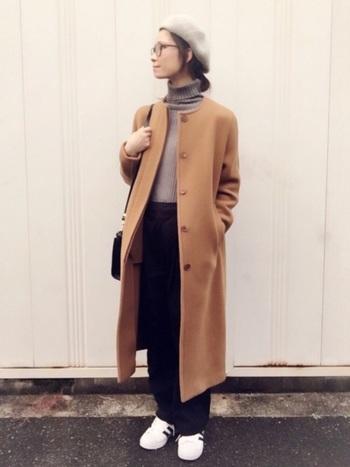 ノーカラーコートを使った上品コーデ。きちんとした印象ながら、どこかこなれた雰囲気を感じるのは、足元をスニーカーで外しているため。トップスをタックインしてスッキリ着ることで全体がきゅっと引き締まり、スタイリッシュな着こなしに。