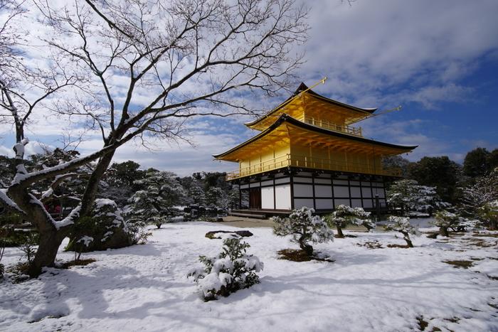 雪化粧の金閣寺は格別で、見ているだけでうっとりとしてしまうくらい美しく荘厳です。見る角度によってもさまざまな顔が見ることができ、冬の京都に来たなら一度は立ち寄ってほしいスポットです。