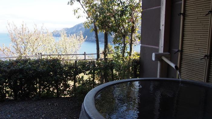 全室に露天風呂が付いている「油屋別館 和亭(なごみてい)」。天然温泉の源泉掛け流しで、客室の露天風呂以外に展望露天風呂もあります。