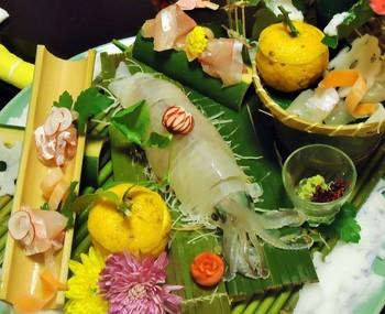 料理はお部屋食。漁師から直接仕入れた魚介類や野菜ソムリエの厳選した京野菜など、新鮮なこだわりの食材が並びます。松葉ガニや寒ブリ、ふぐのコースもありますよ。