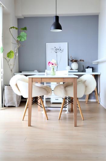 ダイニングテーブルなら、コーヒーやスイーツ、軽食などをたくさん並べることができて、大人数でも楽しめます。キッチンから近いので、コーヒーのおかわりが楽なのもダイニングテーブルでfikaを楽しむ嬉しいポイント。