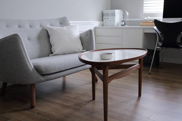 ワークルームにソファがあると、作業の合間に家族とfikaを楽しむことができます。落ち着いたダークブラウンの北欧家具はゆったりとしたfikaの時間を演出するのに役立ちそう。