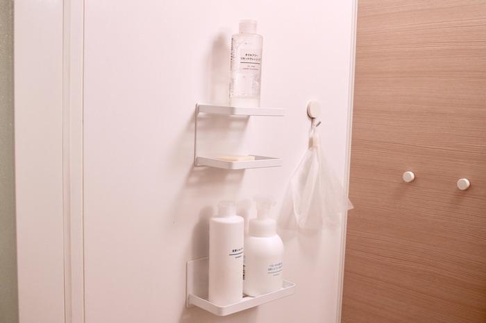 浴室内でカビ汚れ防止のために浮かせる収納にしたいけれど、吊るす場所が限られている…。そんなときにはマグネット棚を設置してみませんか? 重たいボトルを複数並べてもズレ落ちることなく、強力に固定されています。