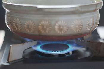 浸水後の米の水をザルなどで切り、土鍋の中へ入れ、計量した水を入れます。鍋の蓋をして、7~9分程中火にかけます。 蒸気が勢いよく出てきたら、弱火にして、15分程度炊きます。  ※丁度良い炊き加減にするには、一般的に、水は米の容量(ml)の2割増しと言われています。