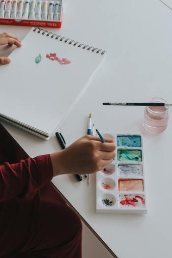 一度描き始めると、もっと上手くなりたいと思うはず。いろんな技法を試したり題材を探しに出かけたくなるでしょう。よく出来たものは絵手紙として、近況を添えて親しい相手に送ることができたら嬉しいですね。