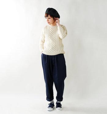 """定番の「ケーブル編みセーター」は、太い編み目が特徴的で""""ニットらしさ""""を存分に楽しむことができます。<Aran Woollen Mills(アランウーレンミルズ)>のセーターは、アイルランドの伝統的な編み模様がきれいな特徴のあるニット。袖口と裾周りのリブが冷たい冬の風を通さず、シルエットがすっきりすることで着膨れも軽減してくれます。トレンドに左右されないアイテムなので、1着は持っておきたいですね。"""