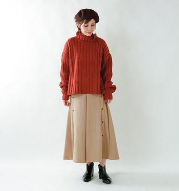 """特に寒い日には欠かせない「タートルネックセーター」。チクチク感のない""""ラムウール""""を使用した<SUPP. no one else(サップノーワンエルス)>のセーターは、ミドルゲージで編まれており、程よいボリューム感と絶妙なシルエットを楽しめます。きれいめな着こなしが多いタートルネックも、首回りがゆったりとした太めならカジュアルな雰囲気に。"""