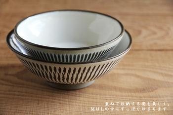MサイズとLサイズは、こんな風にスッキリと重ねて収納することが出来るので場所を取りません。 どちらかというと少し浅めのお茶碗なので、ご飯を盛るのは勿論、時には、副菜の小鉢や、おかずなどを盛り付けるのにもぴったり! 小鹿田焼のお茶碗が食卓にあるだけで、どこかあたたかい雰囲気を作り出してくれます。