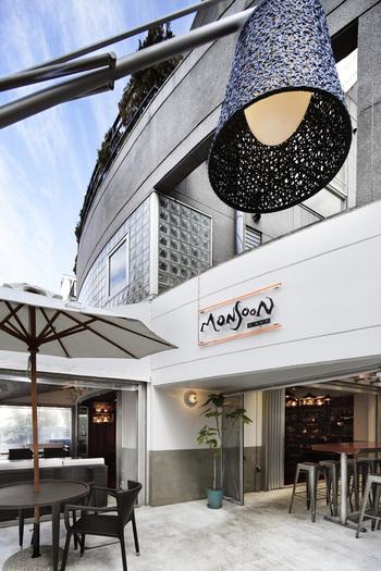 エスニックメニューを提供するお店として有名な「モンスーンカフェ 表参道」。実はこのお店でも、酵素玄米を食べることができるんです。