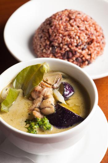ヘルシーなランチとして人気のある「鶏肉の自家製グリーンカレー」。濃厚なグリーンカレーに、甘みのある酵素玄米がよく合います。酵素玄米には十六穀米もブレンドされ、食感が楽しめる上に食べ応えも十分な一品です。